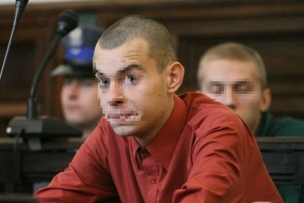 Wczoraj w sądzie pojawili się tylko 19-letni Krzysztof D. (na zdjęciu z przodu) i jego rówieśnik Patryk O. (w głębi). Pierwszy przyszedł do sądu sam, drugiego z aresztu przywieźli policjanci.