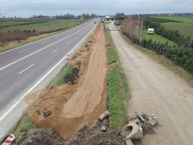 Firma Matbud z Boguchwały buduje chodnik z Żurawicy do Orłów pod Przemyślem, wzdłuż drogi krajowej nr 77. Chodzi o dwa odcinki chodnika po 1,3 km każdy. Inwestycja warta 2,5 mln zł realizowana jest w ramach rządowego Programu Likwidacji Miejsc Niebezpiecznych.
