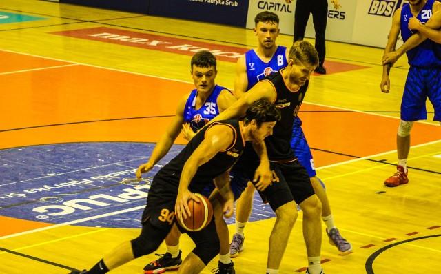 Koszykarze Sokoła (z piłką Bartosz Czerwonka) zajęli drugie miejsce w turnieju