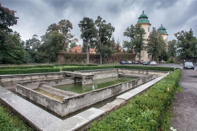 Herpetolog przed rozpoczęciem remontu zamku Książ, przez trzy dni przenosił żaby i traszki do wyznaczonych przez siebie w pobliżu miejsc, gdzie spędzą resztę zimy