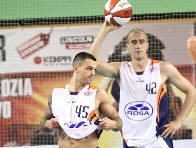 > Hubert Radke (z piłką), zdobył w Gdyni 20 punktów. Nie złe spotkanie rozegrał Marcin Kosiński (z lewej).