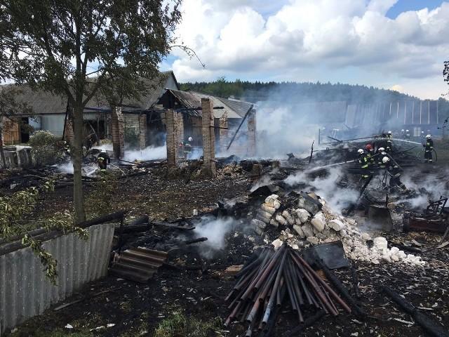 Z dwóch drewnianych stodół, które spłonęły w miejscowości Psary Kąty zostały tylko zgliszcza.