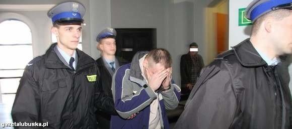 Sławomir B. zakrywał twarz przed obiektywami aparatów reporterów.