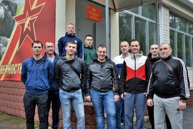 Na tym zdjęciu, opublikowanym przez rosyjskie Ministerstwo Obrony, znajdują się wolontariusze, którzy poddali się testom szczepionki przeciwko Covid. Tutaj widać ich po wypisaniu z Głównego Wojskowego Szpitala Klinicznego Burdenko w Moskwie w Rosji.