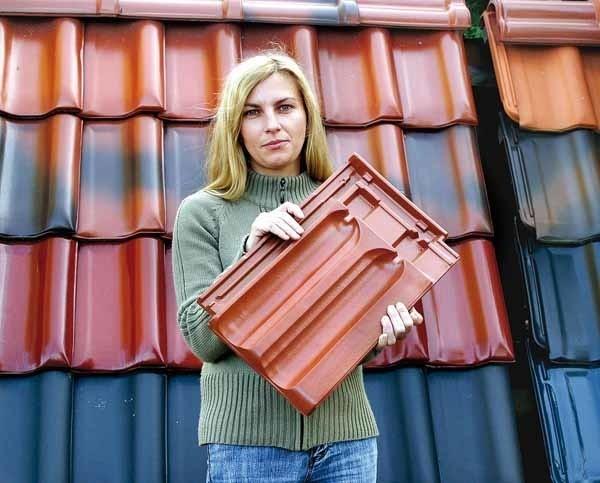 """Małgorzacie Skoniecznej najbardziej podobają się dachy pokryte dachówką czerwoną """"marsylką"""", choć klienci częściej wybierają """"falistą średzką"""", taką jak za jej plecami."""