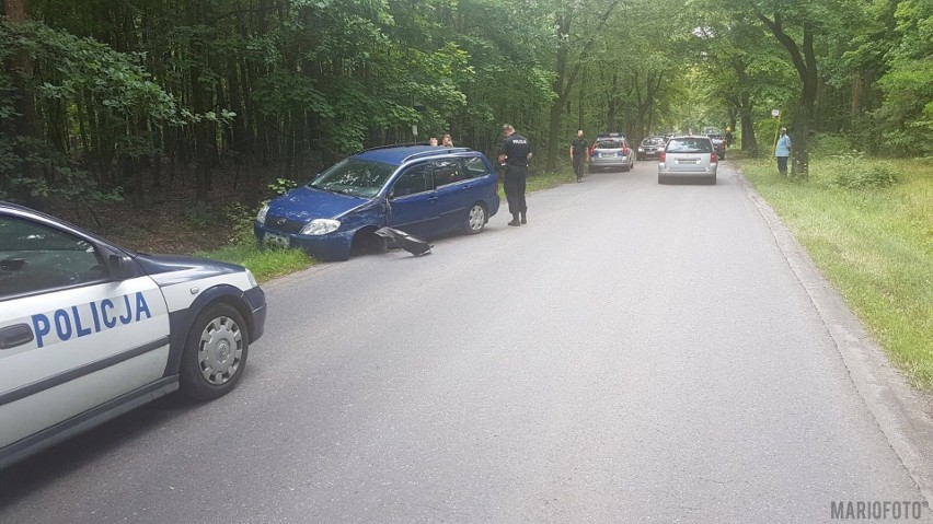 Toyota uderzyła w drzewo po tym, jak kierująca nią kobieta,...