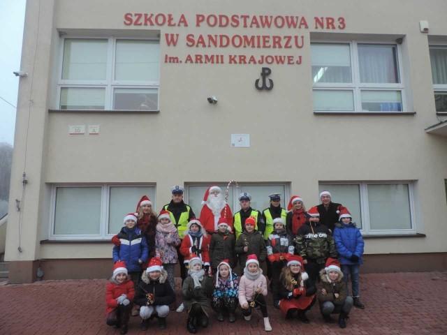 Uczniowie klasy 3a Szkoły Podstawowej nr 3 imienia  Armii Krajowej w Sandomierzu już po raz kolejny zorganizowali akcję mikołajkową ,,Bezpiecznie do szkoły''.