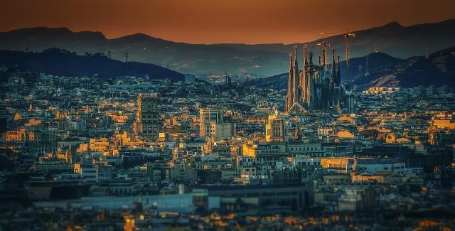 Hiszpania. To nr 4 wśród wymarzonym i zarezerwowanych już przez Polaków miejsc na lato 2021. Od listopada 2020 wprowadzano obowiązek okazania negatywnego wyniku testu na koronawirusa na terenie całej Hiszpanii, łącznie z Wyspami Kanaryjskimi. Podróżni muszą wykonać test PCR na 72 godziny przed przybyciem tu.