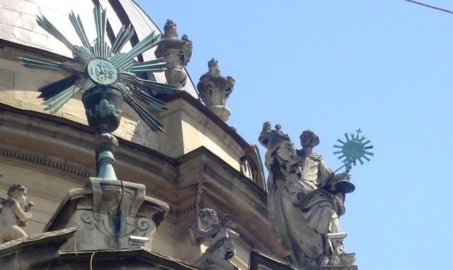 Na szczycie fasady kościoła Dominikanów można dostrzec rzeźbę świętego Jacka unoszącego Najświętszy Sakrament oraz figurę Matki Boskiej