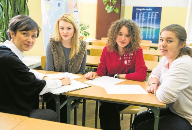 Spotkamy się również poza lekcjami - mówi Ewa Prokopowicz, koordynatorka projektu (z lewej). Na zdjęciu z uczennicami: Garsyią Olędzką, Michaliną Majzit oraz Julią Swiernalis.