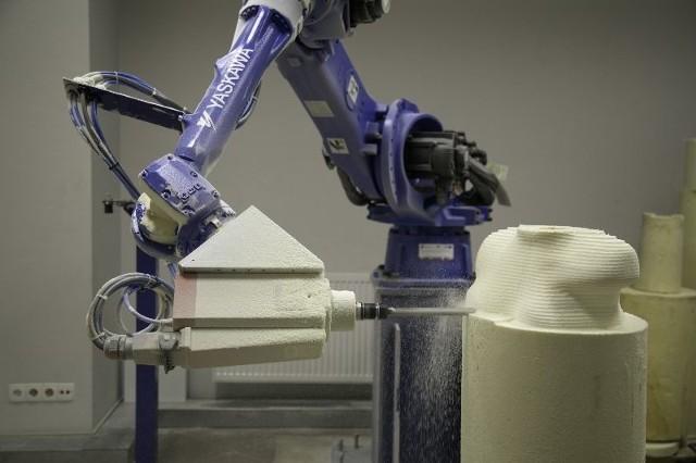 Białostockie Centrum Ortopedyczno-Protetyczne na indywidualne zamówienie przygotowuje innowacyjny sprzęt wspomagający niepełnosprawnych sportowców, kierowców, osoby z dużymi deformacjami. Co roku wykonuje około 50 takich nadzwyczajnych zleceń.Jako jedyna krajowa firma zajmująca się zaopatrzeniem medycznym używa siedmioosiowego robota frezującego. Jest on w stanie wyciąć każdy zadany kształt z dokładnością do dziesiątej milimetra, w każdym gabarycie, i to w ciągu kilku godzin.