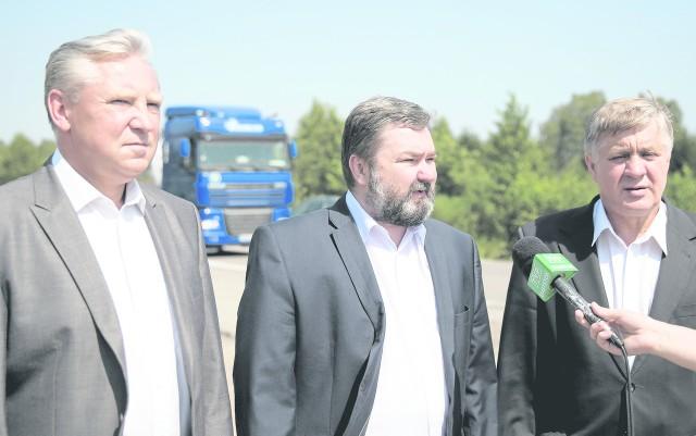 Konferencja w Katrynce  była pierwszą po wyborze europosła Karola Karskiego (w środku), jak  i Jana Dobrzyńskiego (z lewej) w roli kandydata PiS na prezydenta Białegostoku . Z prawej  Krzysztof Jurgiel.