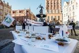 Protest branży gastronomicznej w Gdańsku 3.11.2020. Symboliczna czarna polewka dla rządzących od pomorskich restauratorów