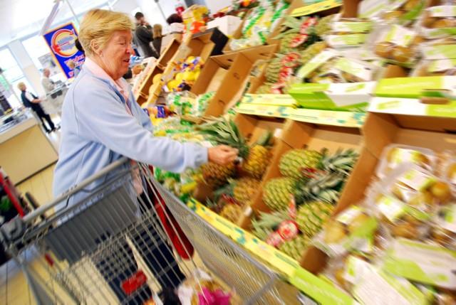 W związku z rozprzestrzeniająca się pandemią koronawirusa w Polsce, Biedronka i Tesco wprowadzają kolejne zmiany w funkcjonowaniu sklepów. Tym razem mają one ułatwić zakupy seniorom, którzy są grupą najbardziej zagrożoną w przypadku zakażenia koronawirusem COVID-19.