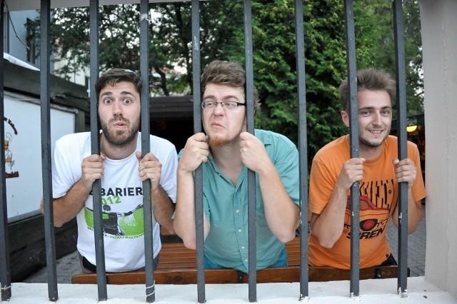 Kabaret Inaczej (od lewej): Maciej Bukłaga, Marcin Mieszko Minkiewicz i Mateusz Sitko . Humor, który prezentują jest nieco absurdalny, ale trafiający w gusta widzów, nie tylko w Białymstoku.