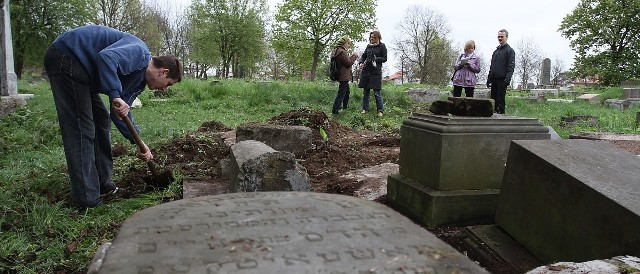 Chłopcy usuwali korzenie wokół macew na cmentarzu przy ulicy Wschodniej. - To nie takie łatwe zadanie - przyznaje Maciej Pietkiwicz (na zdjęciu po lewej)