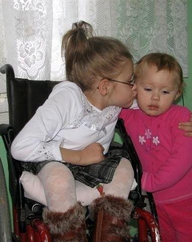 Siostry bardzo się kochają, chociaż ruchliwa Martynka czasami dokuczy Karolinie. Chciałaby kiedyś się z nią ścigać...