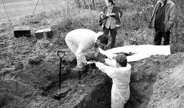 Ekshumacja zwłok pomordowanych w Łebuni.