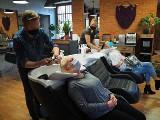 Klienci szturmowali salony fryzjerskie i duże sklepy meblowe. Od soboty te miejsca będą zamknięte ZDJĘCIA