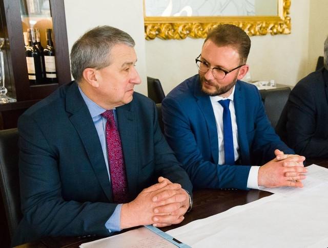 Dyrektorzy szpitali: Adam Szałanda (z lewej) i Cezary Nowosielski byli zadowoleni z możliwości korzystania ze środków unijnych.