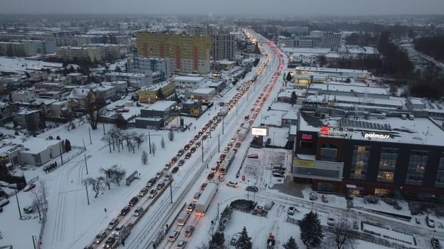 Poniedziałkowa śnieżyca dała się bardzo mocno we znaki bydgoskim kierowcom. Na najważniejszych arteriach miasta tworzyły się gigantyczne korki. Tak w czasie popołudniowego szczytu wyglądała wczoraj ulica Fordońska. Zdjęcia wykonano na wysokości ulicy Bałtyckiej około godziny 17. Kierowcy na całej trasie w obie strony stali w ogromnym korku.