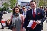 Świętokrzyski poseł Prawa i Sprawiedliwości Dominik Tarczyński w Kielcach rozdawał flagi Polski i zaprezentował swój wyborczy autobus