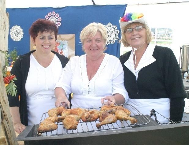 Marzena Podgórna (z lewej), Zofia Chojka i Maria Matuszak z koła gospodyń wiejskich w Deszcznie prezentują pieczone kurczaki. To one królowały na talerzach gości wczorajszej imprezy.