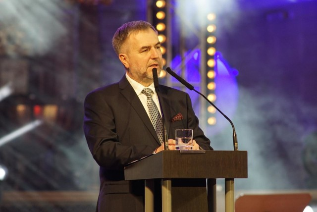 Jeżeli politycy PiS zamierzają przekazać Dolnemu Śląskowi 2,2 mld euro, nie ma żadnych powodów, aby Wielkopolska otrzymała mniej - apeluje marszałek Woźniak.