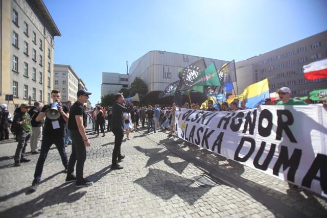 W maju 2018 roku antyfaszyści zablokowali marsz narodowców w Katowicach. Na miejscu doszło do starć z policjąZobacz kolejne zdjęcia. Przesuwaj zdjęcia w prawo - naciśnij strzałkę lub przycisk NASTĘPNE