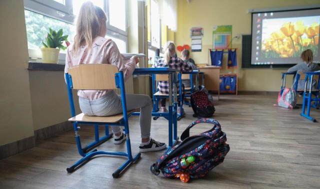 Od poniedziałku 1, czerwca najmłodsi uczniowie szkół podstawowych będą mogli uczestniczyć w zajęciach opiekuńczo-wychowawczych. Dyrektorzy podstawówek w Poznaniu przeprowadzili ankiety wśród rodziców, pytając o chęć powrotu dziecka na zajęcia opiekuńcze od 1 czerwca. Jak wielu uczniów wróci w poniedziałek do szkół?