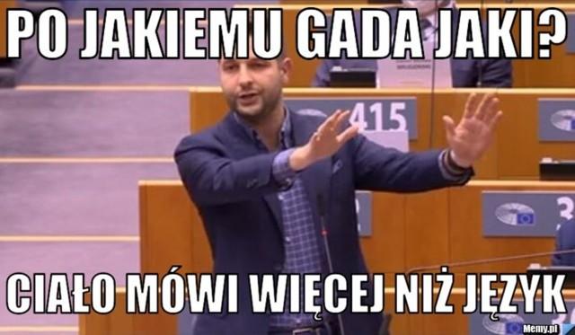 Patryk Jaki w mocnym wystąpieniu w PE. Internauci komentują jego angielski. Zobacz memyZobacz kolejne zdjęcia. Przesuwaj zdjęcia w prawo - naciśnij strzałkę lub przycisk NASTĘPNE