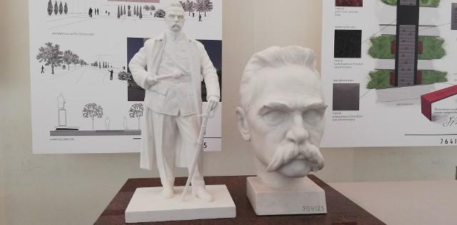 Zwycięski projekt pomnika Piłsudskiego oraz makieta głowy marszałka z planowanego monumentu