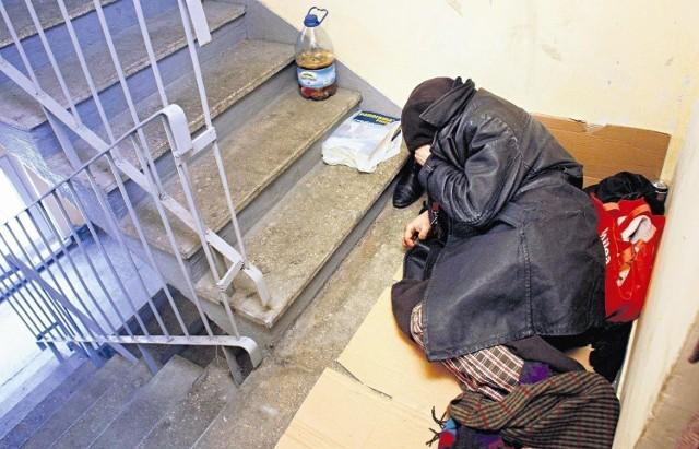 Zdjęcie ilustracyjne. Bezdomni potrzebują pomocy. Tylko jak jej udzielić właściwie