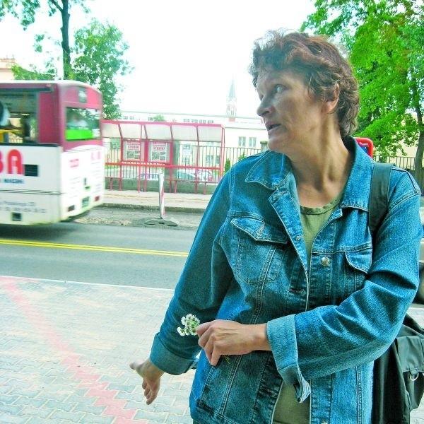 """– Przez zamieszanie z autobusami straciłam już 40 minut – mówi Dorota Jacewicz czekająca na """"czwórkę"""""""