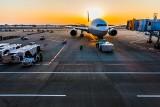 Pijany pasażer usiłował zjeść swój telefon na pokładzie. Samolot musiał awaryjnie lądować