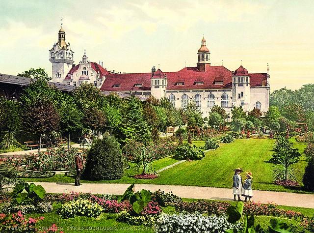 Pałac Nadbrzeżny i znajdujący się za nim ogród różany w Kołobrzegu na pocztówce z przełomu XIX i XX wieku. Od początku władze miasta dbały, by nie tylko obiekt, ale i jego otoczenie było atrakcyjne dla spacerowiczów.