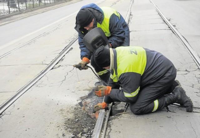 Mieszkańcy twierdzą, że robotnicy szlifują szyny w dzień, w czasie komunikacyjnego szczytu. ZIKiT odpiera: to naprawa awaryjna