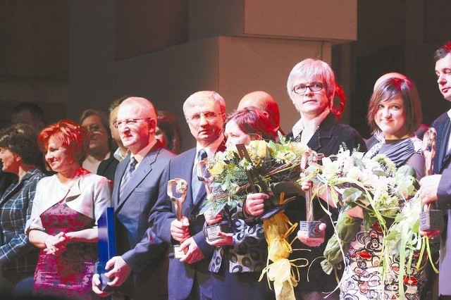 Piotr Tomaszuk, dyrektor supraskiego Teatru Wierszalin (druga osoba z prawej) odebrał dwie statuetki podczas sobotniej gali w Operze i Filharmonii Podlaskiej