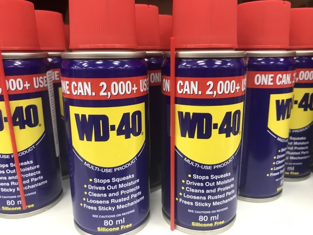 Popularny środek WD-40 ma wiele zastosowań, m.in. pomoże w usuwaniu plam z ubrań.