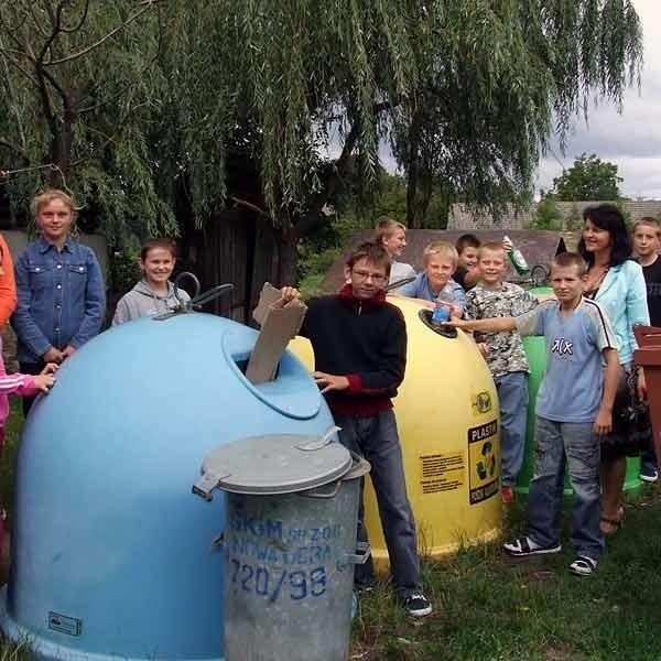 Dzieci ze Szkoły w Cyganach (pow. tarnobrzeski) od dawna segregują śmieci w swojej szkole. Dzieci z Niska uczą się o selektywnej zbiórce odpadów jedynie na lekcjach.