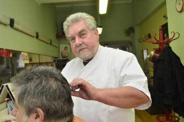 - Jako właściciel domu, nie mam do nowego systemu odbioru śmieci większych zastrzeżeń - mówi Zygmunt Borowski, fryzjer z Wildy. - Jako właściciel salonu, widzę panujący bałagan - dodaje