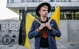 Działacze, wykładowcy i Pomorzanie protestowali przed Uniwersytetem Gdańskim przeciwko likwidacji etnofilologii kaszubskiej [zdjęcia]