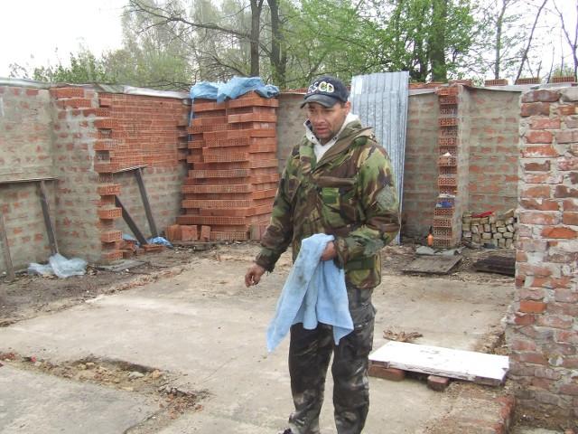 Janusz Korczak sam odbudowuje swój dom