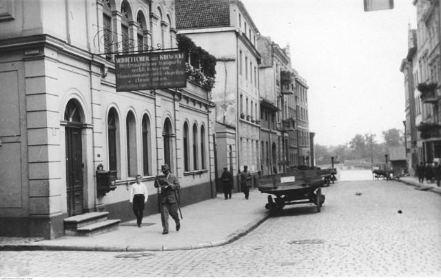 """Siedziba firmy transportowej oraz łaźni przy ul. Łaziennej. Antoni Kulwicki reklamował swoje przedsiębiorstwo w wielkanocnym wydaniu """"Słowa Pomorskiego"""" z 1921 roku"""