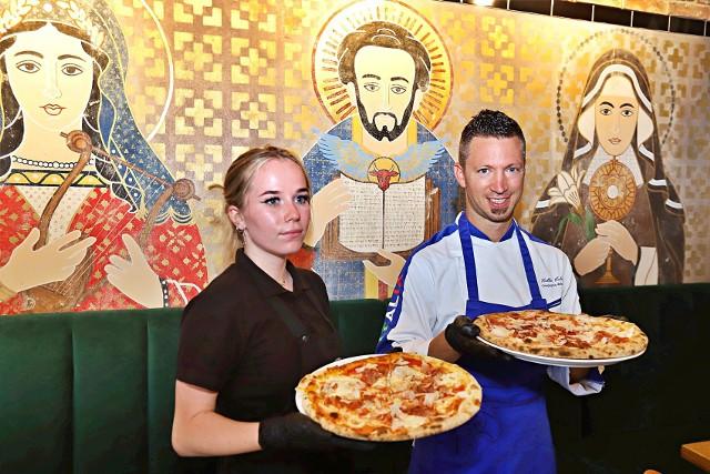 W Ogrodach Geyera w piątek 7 sierpnia zostanie otwarta nowa włoska restauracja - Tutti Santi. Można tu zjeść pizzę, która powstaje według receptury Valerio Valle , czyli mistrza Włoch i Europy w pizzy klasycznej.CZYTAJ DALEJ NA NASTĘPNYM SLAJDZIE
