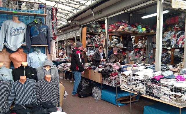 Krakowianie i mieszkańcy okolicznych miejscowości chcą robić zakupy w niedziele. Z powodu zakazu nie mogą w marketach, to robią u drobnych kupców, których niedzielny zakaz handlu nie dotyczy.