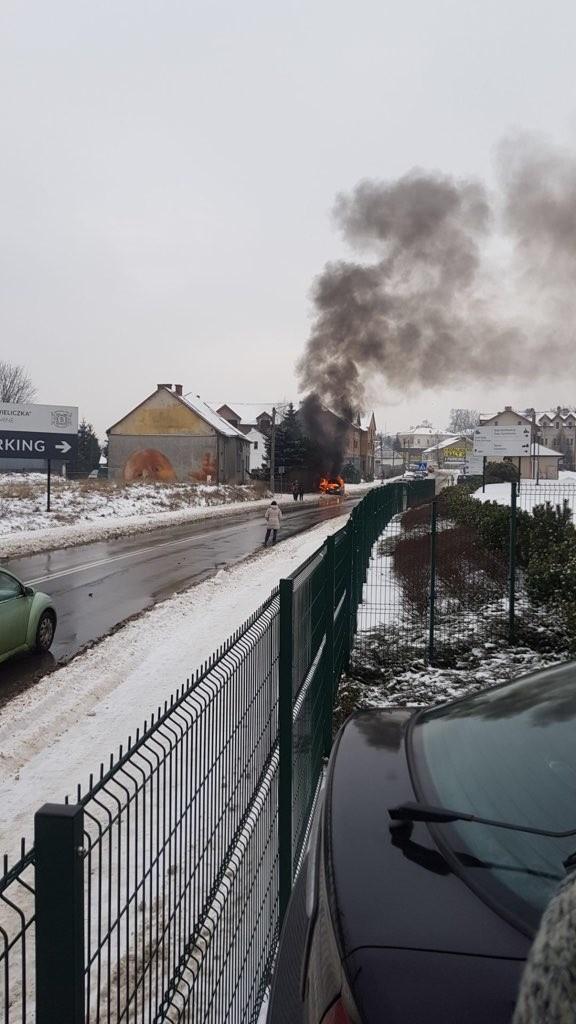 Do pożaru samochodu osobowego doszło 9 lutego przy ul. Dembowskiego w Wieliczka. Auto spłonęło doszczętnie. Nikt nie został poszkodowany