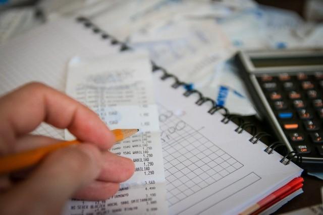 Chcesz zaoszczędzić na domowych rachunkach? To nic trudnego. Kilka drobnych nawyków, które sprawią, że w portfelu zostanie Ci więcej pieniędzy. Sprawdźcie, na co warto zwrócić uwagę. Szczegóły na kolejnych zdjęciach >>>