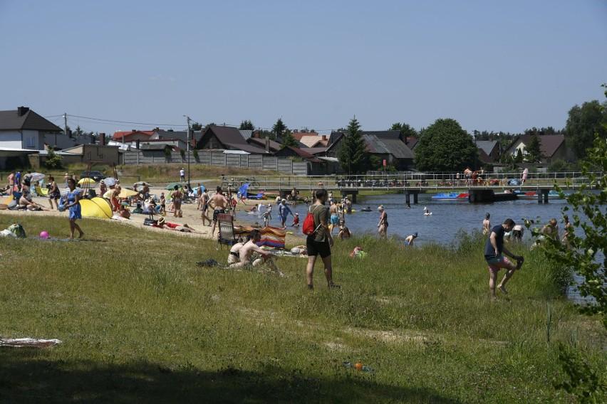 W Borkowie jak w tropikach. Upalna sobota nad zalewem, tłumy plażowiczów [ZDJĘCIA]