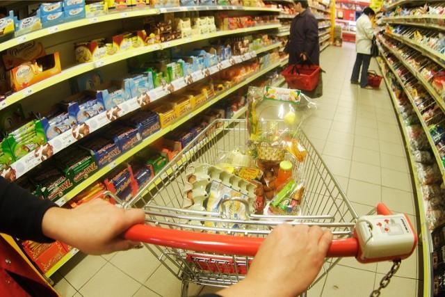 Towar na półkach w sklepach wykładany jest tak, aby rzucał się w oczy